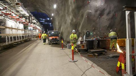Follobanen, som med sine 22 kilometer vil bli Nordens hittil lengste jernbanetunnel, er anslått å koste om lag 25 milliarder kroner, og er ventet å stå ferdig 2021.