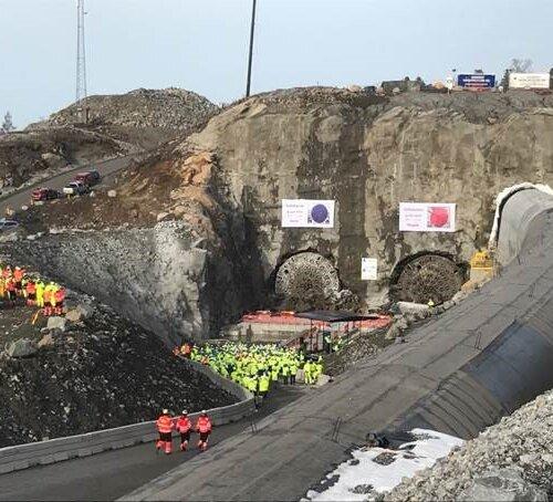 Her har TBM'ene boret seg ut av fjellveggen. De er nesten 10 meter i diameter hver. Nordens lengste jernbanetunnel er 19,5 km lang, i to parallelle løp; totalt 39 km tunnel.